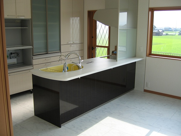 「住宅コラム」キッチンとカップボードの配色